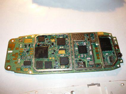 Фотографии внутренностей сотового телефона Nokia 3310.